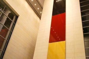 Deutschlandflagge im Foyer des Reichstags